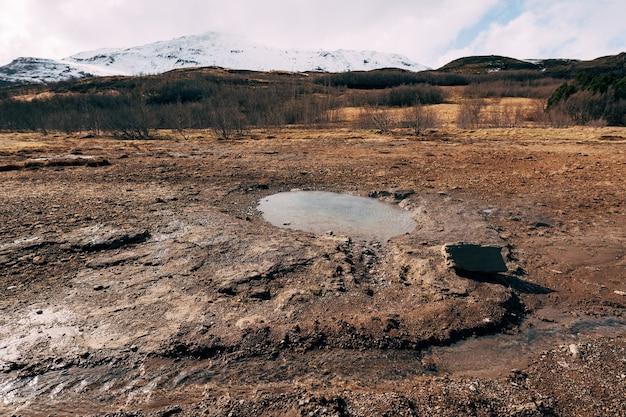Geyser valley dans le sud-ouest de l'islande la célèbre zone géothermique de geysir attraction touristique