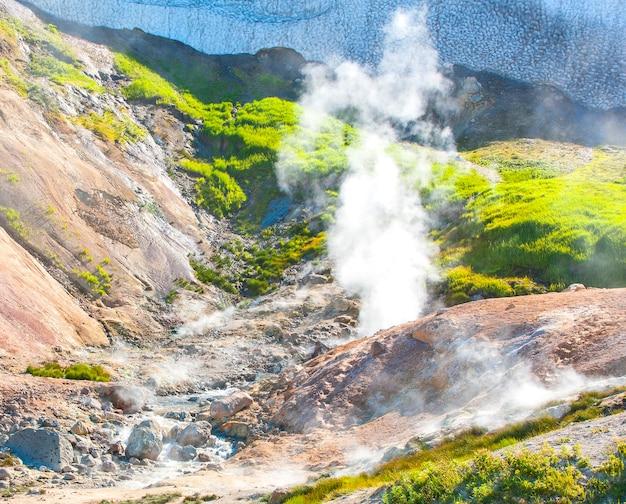 Geysers sur le volcan mutnovsky au kamchatka, russie