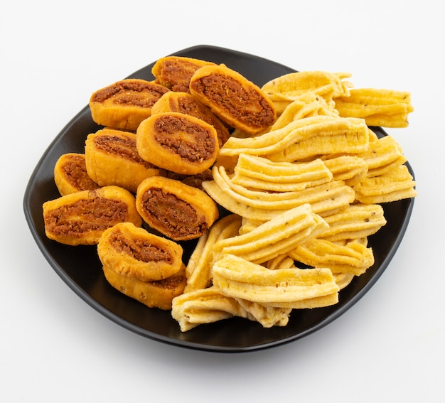Ghatiya de snack épicé traditionnel indien avec bhakarwadi
