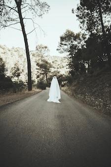Ghost debout sur la route de la campagne