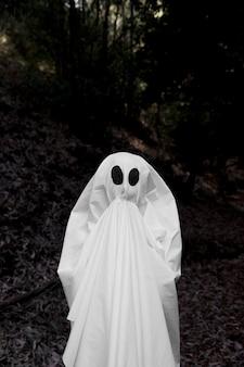 Ghost se lève les mains à la bouche