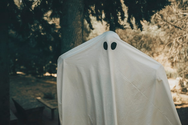 Ghost se propage les mains dans le parc