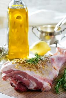 Gigot d'agneau cru à la marinade