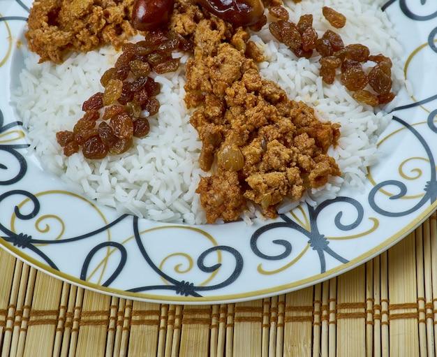 Giimya chykhyrtma plov - pilaf d'azerbaïdjan avec de la viande hachée et des fruits secs