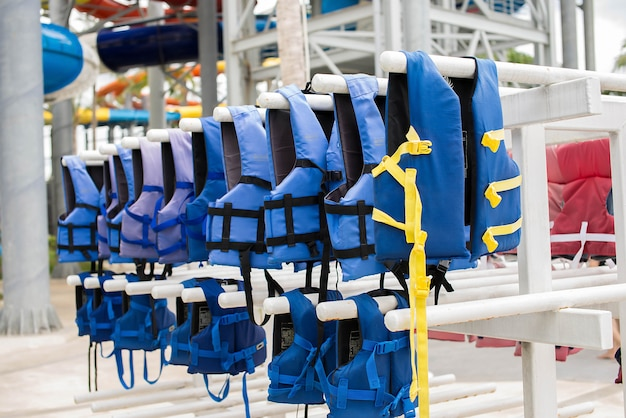 Gilet de sauvetage bleu sur la corde à linge