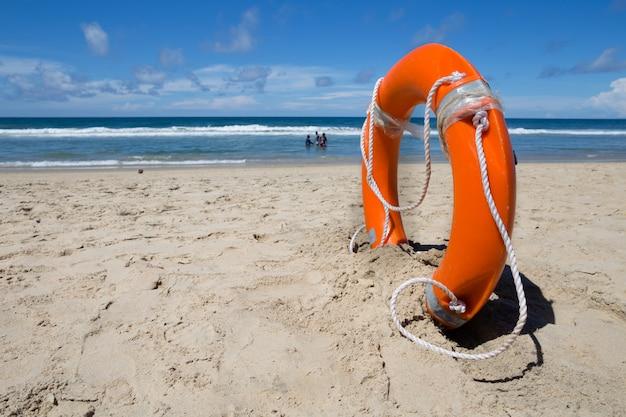 Gilet de sauvetage sur la plage de sable fin