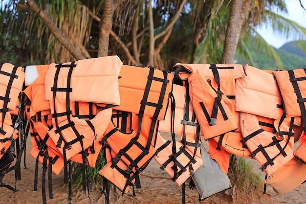 Gilets de sauvetage de couleur orange suspendus dans la rangée