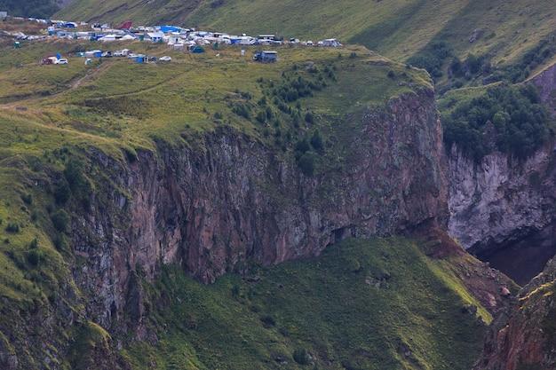Gily-su tract, sources thermales thérapeutiques sur le versant nord du mont elbrouz, russie.