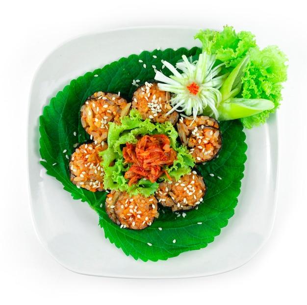 Gimbap kimchi forme de fleur également orthographié kimbap est le repas parfait est un plat fait maison de style coréen servi en bouchées topview topview