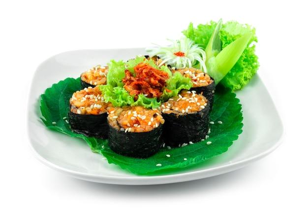 Gimbap kimchi en forme de fleur également orthographié kimbap est le repas parfait est un plat fait maison de style coréen servi en petites tranches sideview
