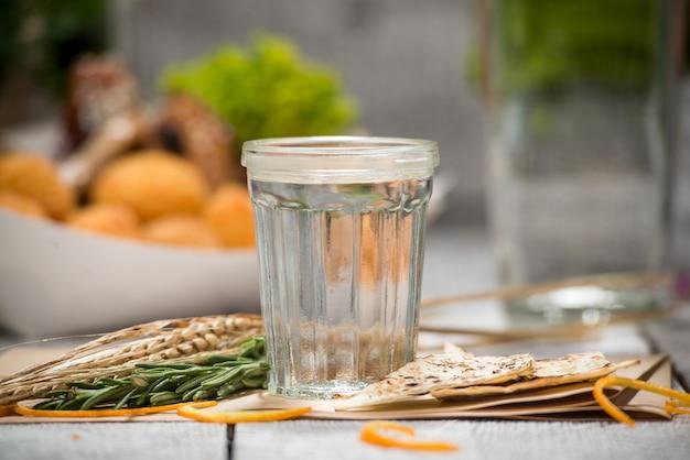 Gin avec branche de citron et de genévrier sur une vieille table en bois