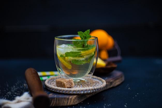 Gin et cocktail tonique au citron et à la menthe