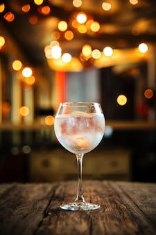 Gin frais tonique cocktail frais sur la table en bois
