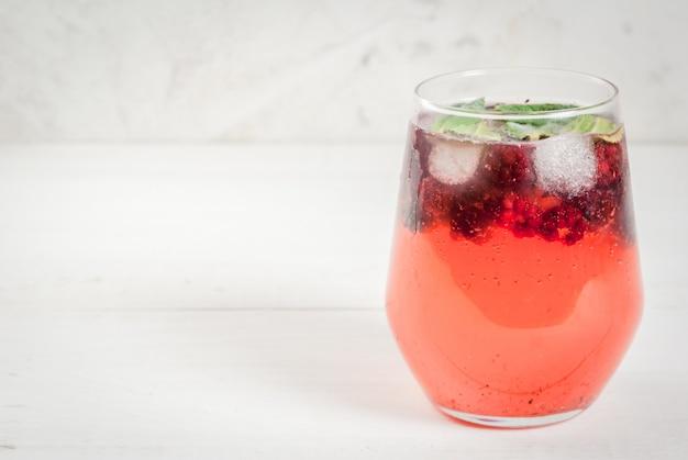 Gin tonic aux feuilles de menthe et mûres