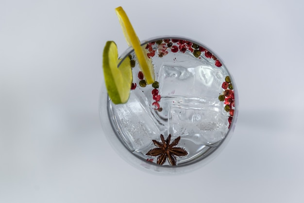 Gin tonic sur blanc