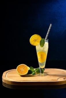Gin tonic et cocktail orange, boisson rafraîchissante sur fond noir