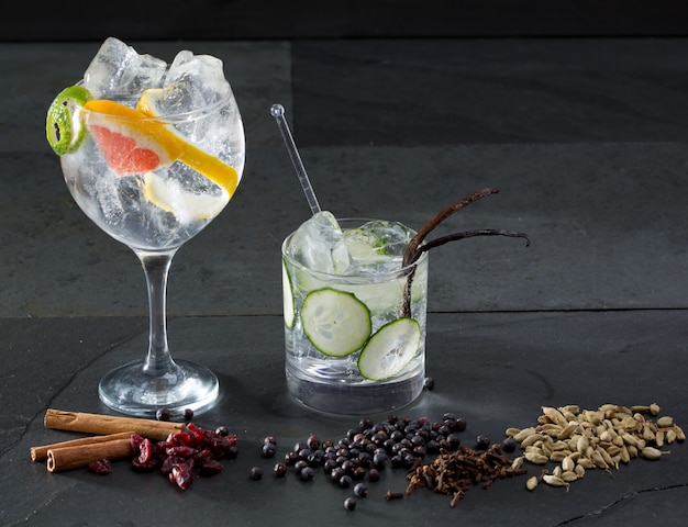Gin tonic cocktails au concombre de lima et au pamplemousse