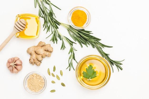 Gingembre, brin de romarin et citron vert, curcuma et ail