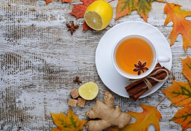 Gingembre, citron et flic de thé sur fond clair