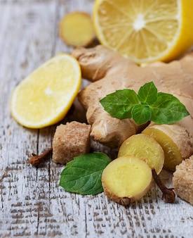 Gingembre, citron et menthe sur fond clair