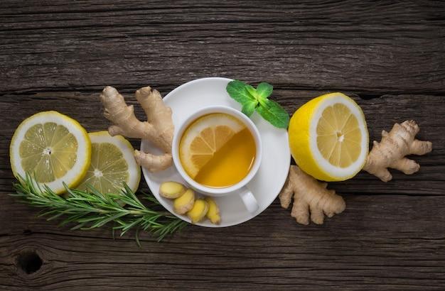 Gingembre frais et sain de thé au gingembre et citron mûr