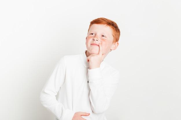 Ginger boy avec l'expression de la pensée