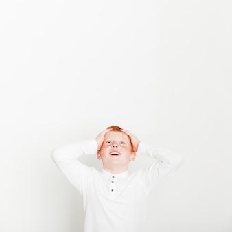Ginger boy avec une expression surprise