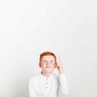 Ginger boy pointant vers la surface