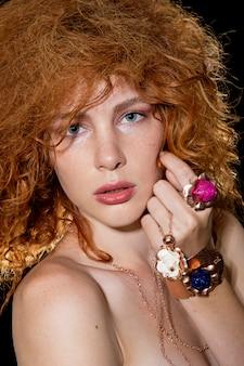 Ginger fille avec de grands anneaux