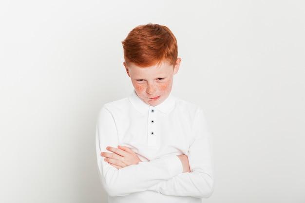 Ginger garçon aux bras croisés