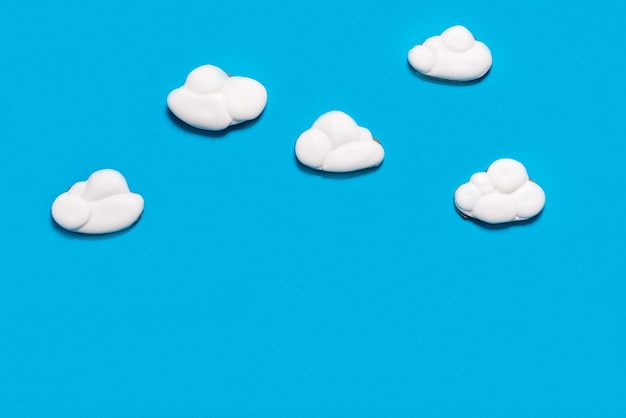 Gingerbread cookies en forme de nuage, concept d'hébergement cloud