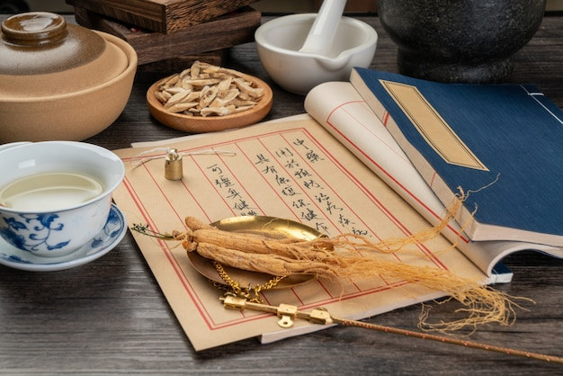 Ginseng Et Médecine Traditionnelle Chinoise Sur La Table Photo Premium