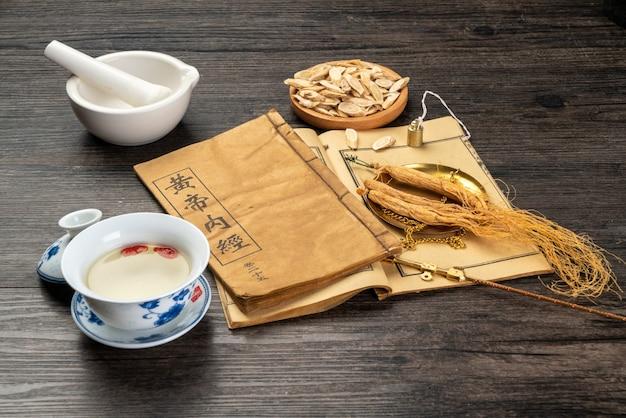 Ginseng et médecine traditionnelle chinoise sur la table