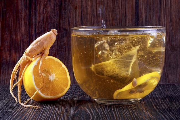 Ginseng still life, une tasse de thé sur un mur en bois brun