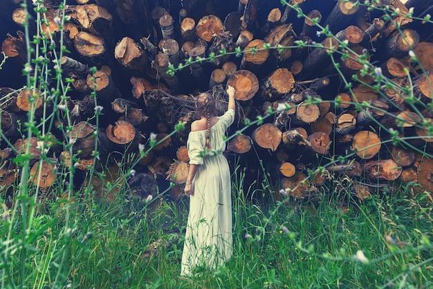 Gir devant des arbres sciés les regarder avec regret prendre soin et sauver la nature abattre des arbres