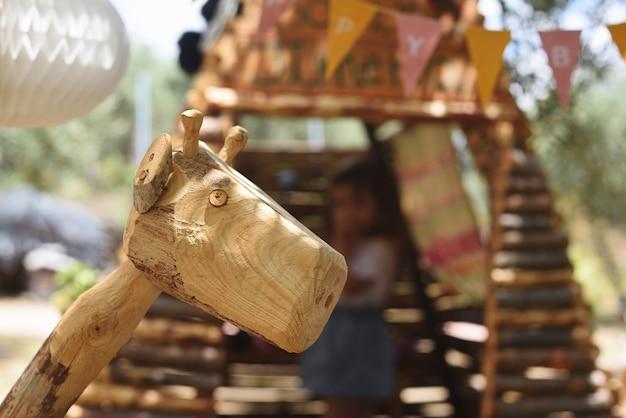 Girafe en bois dans une aire de jeux pour enfants