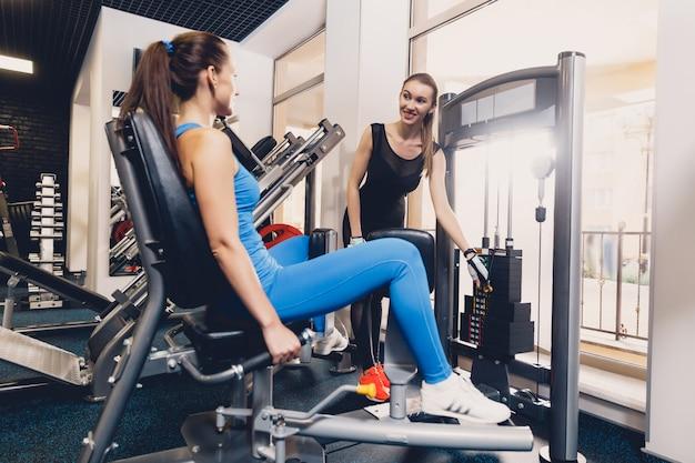 Girl aide à choisir l'exercice optimal