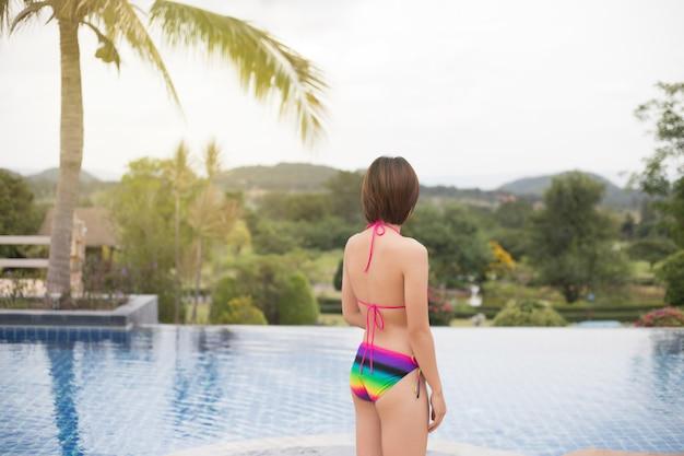 Girl, détente, à, les, pool., asiatique, jeune femme, personne, apprécier, dans, piscine, spa