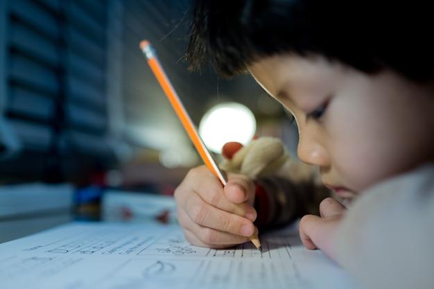 Girl, devoirs, gosse, écriture, papier, éducation, concept, retour, école