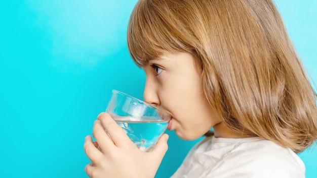 Girl, eau potable, depuis, a, verre