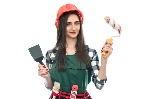 Girl holding outils de peinture isolated on white