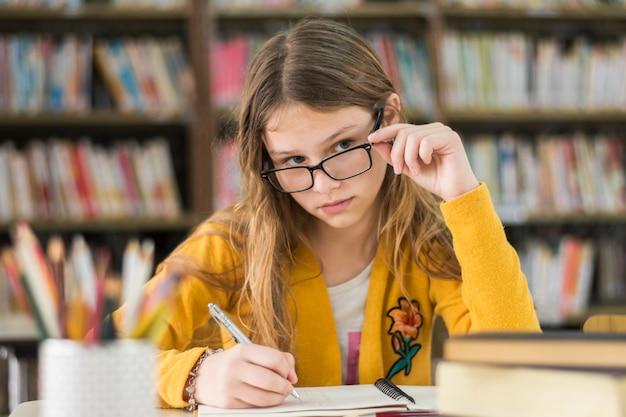 Girl, lunettes, étudier, bibliothèque