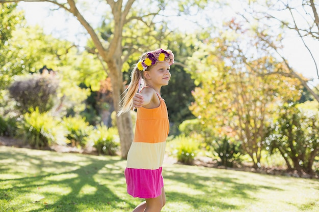 Girl, porter, couronne, debout, bras, tendu, parc