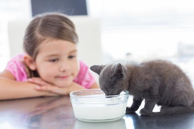 Girl, regarder, chaton, boire, lait, bol