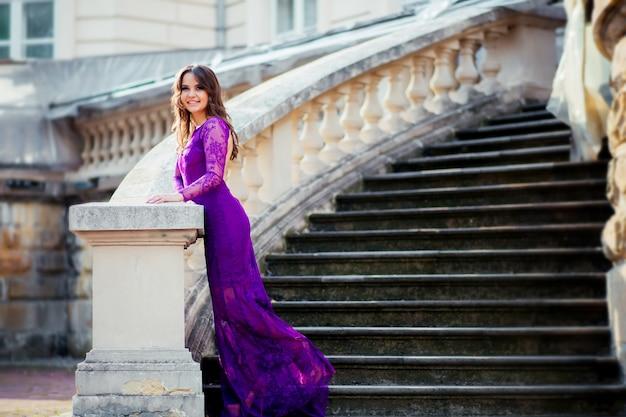 Girl, sourire, vieux, bâtiment, stands, escalier