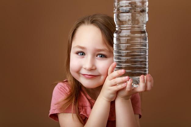 Girl, tenue, bouteille eau, dans, mains