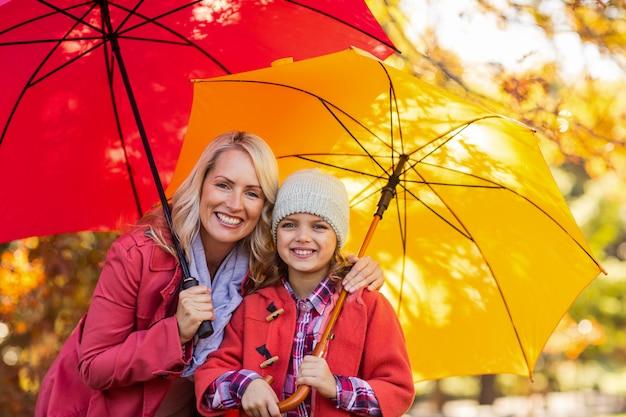 Girl, tenue, parapluie, mère, parc