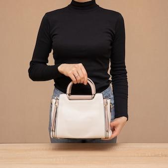 Girl, tenue, sac blanc, dans, mains
