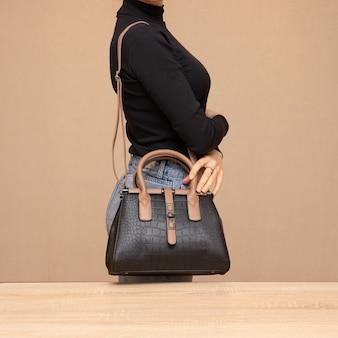 Girl, tenue, sac noir, dans, mains