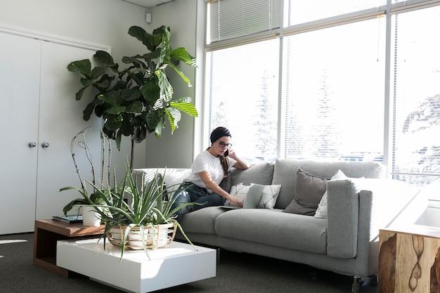 Girl, utilisation, ordinateur portable, sofa